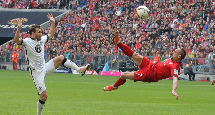 Golazo de chilena de Ribery y el Bayern derrota al Frankfurt de Fabián