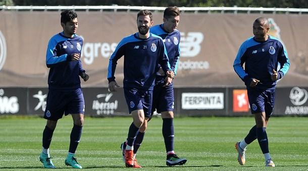 Layún supera sus lesiones y vuelve a entrenar con el FC Porto