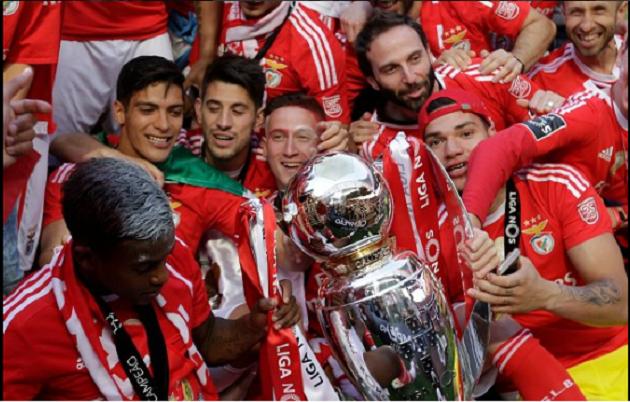 Y Raúl Jiménez se convirtió en el décimo tercer mexicano campeón de Liga en Europa