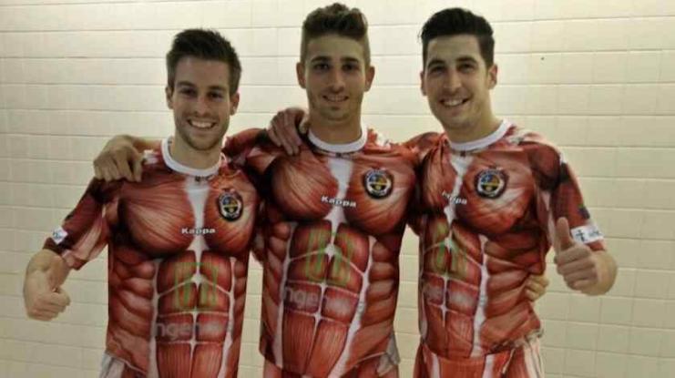 ¡Vaya modelito!, el Palencia de España presenta uniforme de 'sin piel' (video)