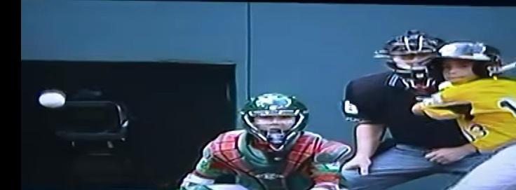 [VÍDEO] Pitcher de México rompe cámara con un lanzamiento