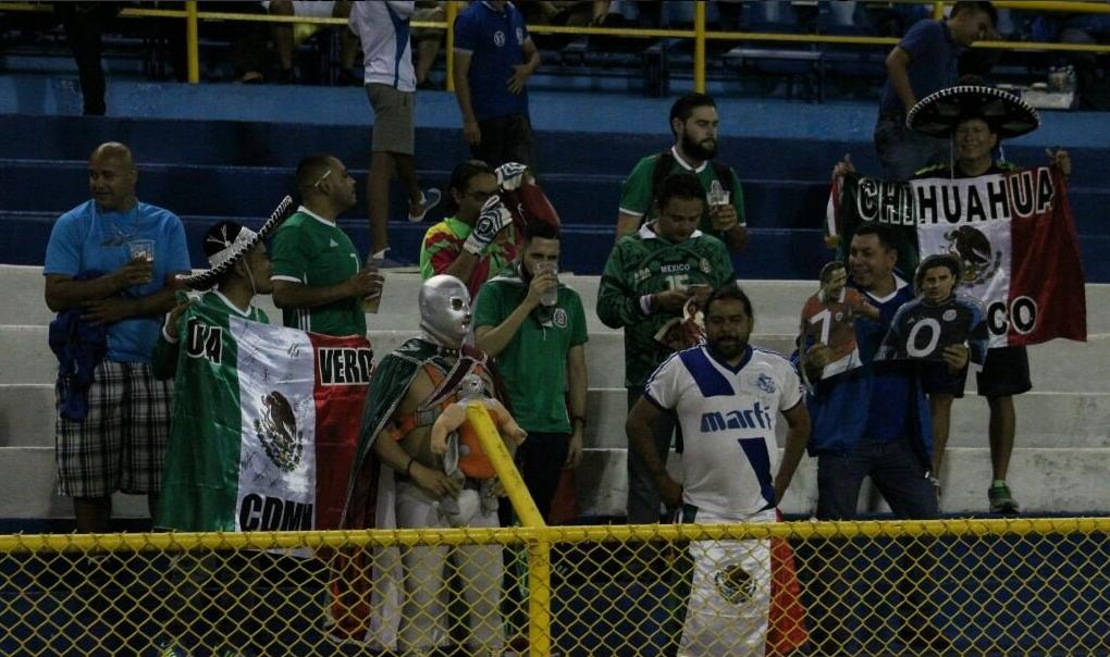 Lo que hicieron aficionados mexicanos para no ser agredidos en el Estadio Cuscatlán