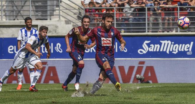 Jugador del Eibar de España muestra como fallar un penalti y enviar el balón fuera del estadio (video)
