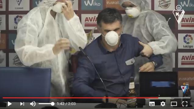 Técnico del Eibar es evacuado de sala de prensa por 'alerta de virus' (video)