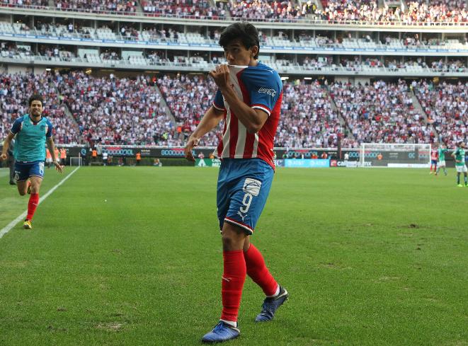Chivas se mete a puestos de liguilla tras vencer 2-0 a León (VIDEO)