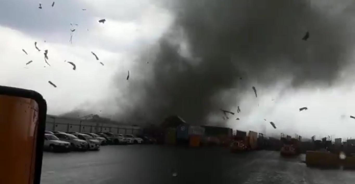 Tornado en Apodaca, Nuevo León, volcó trailers; señora fallece debido a este fenómeno (VIDEO)