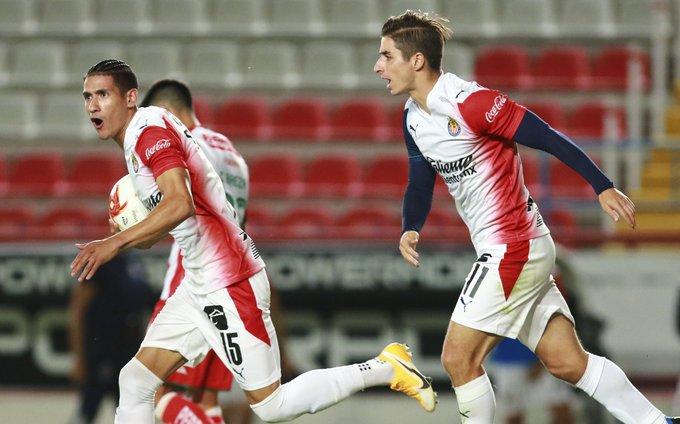 Triunfa Chivas con todo y error de Raúl Gudiño