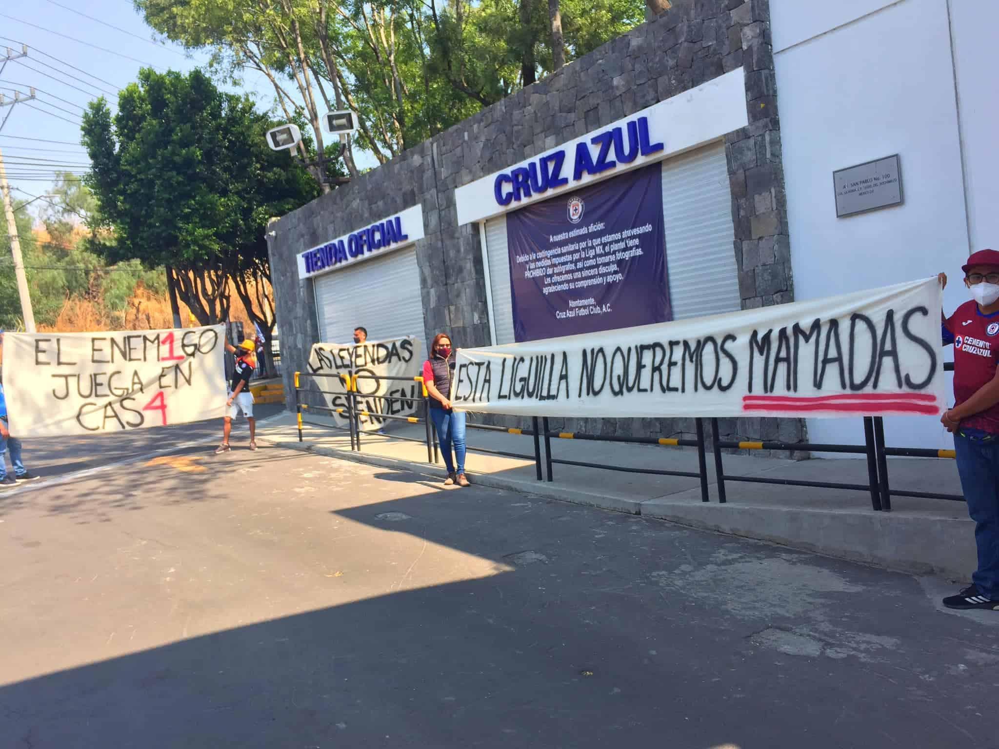Aficionados tunden a Cruz Azul en La Noria