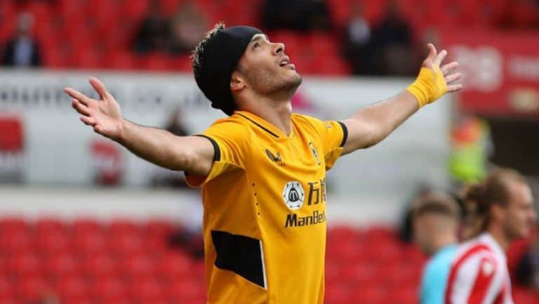 Aficionados del Tottenham 'apapachan' a Raúl Jiménez